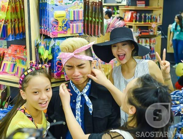 """Thầy giáo trẻ Phan Hiển chỉ trong phút chốc đã biến thành """"nạn nhân"""" cho bốn cô trò."""