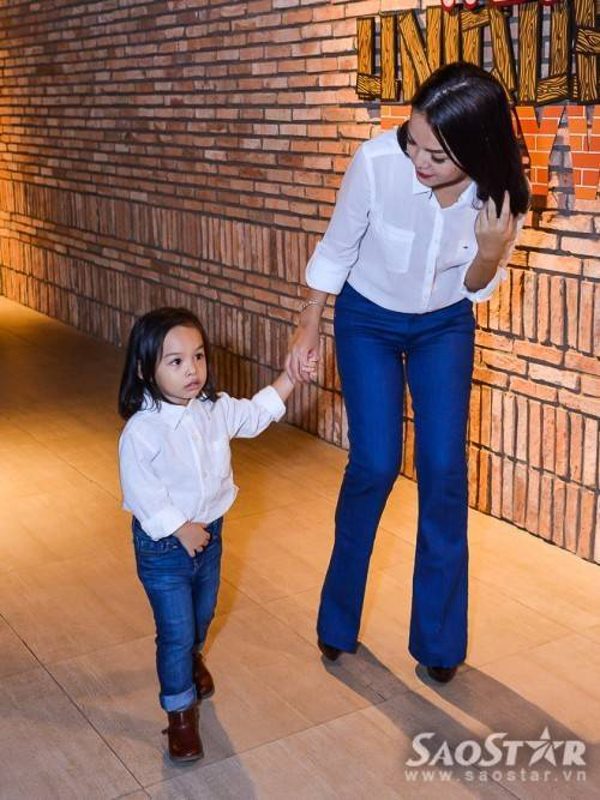 Con gái Bella xuất hiện ở rạp phim cùng mẹ với trang phục quần jean, áo sơ mi trắng trong rất cá tính