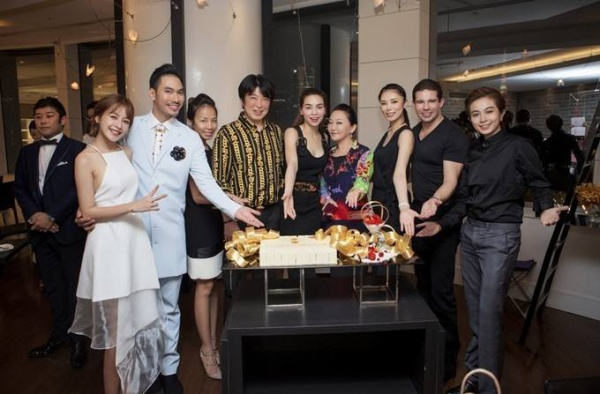 Trước khi ra về, các nghệ sĩ Việt còn dành thời gian chụp ảnh lưu niệm với hoa hậu Riyo Mori và một số người bạn khác.