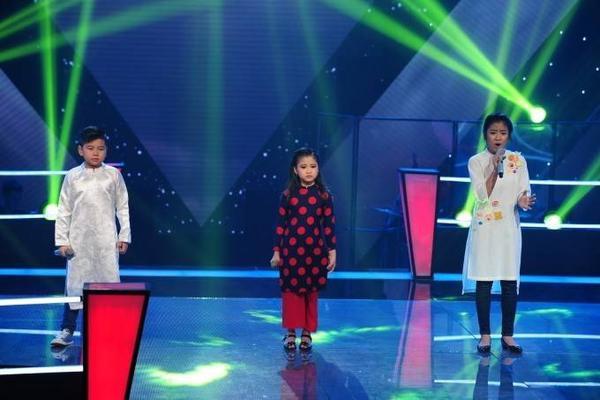 Gia Linh, Thu Thủy và Minh Tuyết trong phần thi Gió mùa về.
