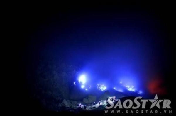 Mỏ lưu huỳnh bên trong miệng núi lửa Ijen.