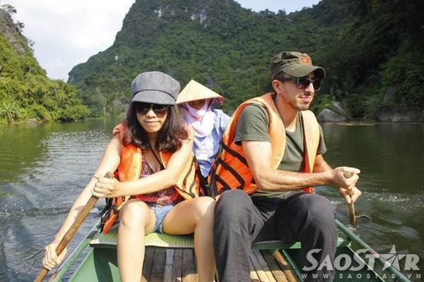 Những thanh niên khỏe mạnh, kể cả người nước ngoài thử chèo thuyền một chốc cũng đã mỏi tay. Trong khi đó, những người lái thuyền ở đây lúc nào cũng tay chèo thoăn thoắt vững tay chèo như không hề biết mệt mỏi trong suốt hành trình.