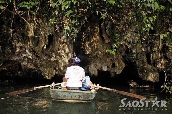 Lái thuyền ở Tràng An không chỉ đòi hỏi thể lực vì quãng đường xa mà còn yêu cầu sự khéo léo khi phải chèo lái thuyền đi qua những hang động với kết cấu và địa hình hiểm trở.