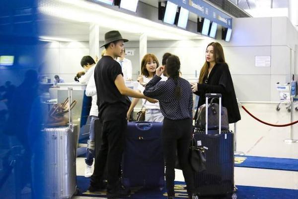 Rạng sáng nay (25/8), nữ ca sĩ Hồ Ngọc Hà có mặt tại sân bay Tân Sơn Nhất để đáp máy bay sang Nhật Bản.