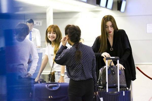 Vì đến sân bay vào rạng sáng, đường đi vắng người nên mẹ nữ ca sĩ What Is Love? được mẹ hộ tống.
