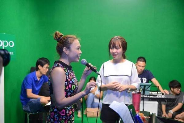 Sau khi giải trí, các cô trò bắt đầu thời gian nghiêm túc tập luyện cho liveshow tiếp theo.