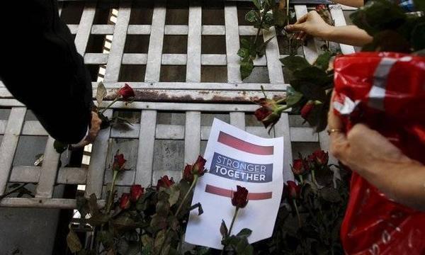 Người dân Thái mang hoa đến đặt tại hiện trường vụ đánh bom để tưởng niệm các nạn nhân. Ảnh: Reuters.