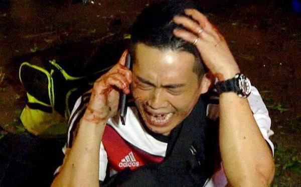Một khách du lịch hoảng loạn gọi điện thoại sau khi vụ nổ xảy ra - Ảnh: AP