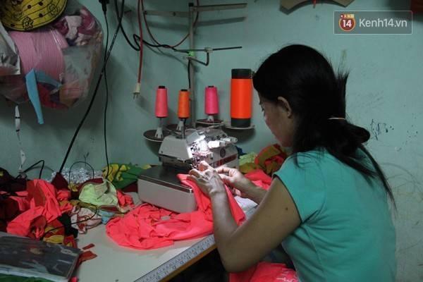 2-4fefaMẹ của Trâm sẽ là người may quần áo để Trâm đi bán, vì hai năm nay cô bị bệnh bướu cổ, sức khỏe yếu, không còn đi phụ hồ được nữa. Chiếc máy may và máy vắt sổ được người ta bán trả góp, đến nay còn nợ tiền hơn 2 triệu đồng.