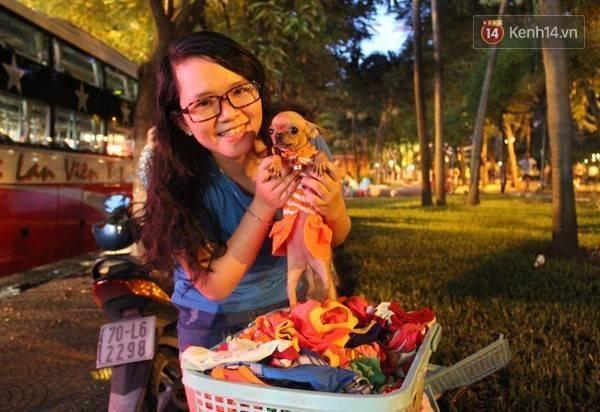 """Bạn Trần Thanh Bình (SN 1996, ngụ Q.11) cho biết: """"Nhà mình có hai bé cún, mình rất thích làm điệu cho chúng, mình thấy đồ Trâm bán kiểu dáng dễ thương và rẻ hơn ở các cửa hàng thú cưng rất nhiều""""."""