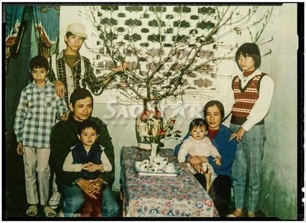 Bức ảnh hiếm hoi bên gia đình mà Vũ Mạnh Hiệp luôn giữ bên mình. Trong ảnh, anh là đứa trẻ được mẹ bế. Bênh cạnh là bố và các anh chị.