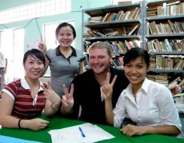 Kyo York gần trăm kí chụp ảnh cùng các bạn sinh viên Việt Nam tại miền Tây vào năm 2009