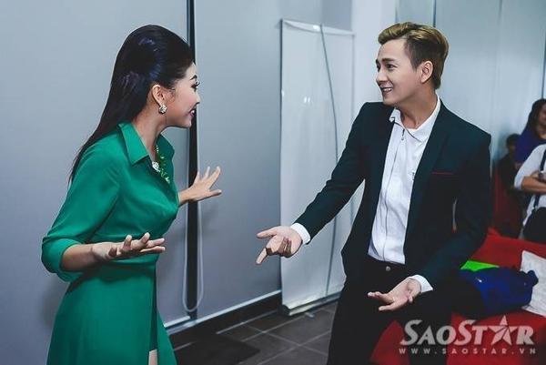 """Hai MC Ngô Kiến Huy và Liêu Hà Trinh """"cãi nhau"""" khi thảo luận kịch bản."""