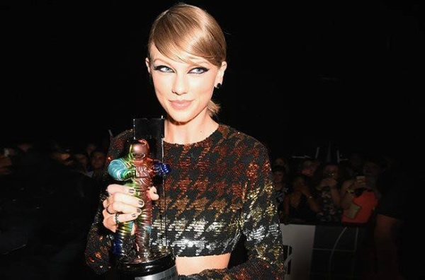 LOS ANGELES, CA - AUGUST 30: Recording artist Taylor Swift poses with a Moonman award at the 2015 MTV Video Music Awards at Microsoft Theater on August 30, 2015 in Los Angeles, California.  (Photo by Jeff Kravitz/FilmMagic)