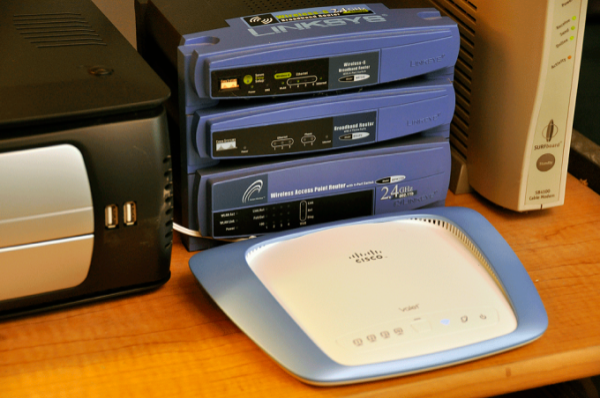 Không nên đặt bộ phát Wi-Fi ở quanh nhiều thiết bị điện tử
