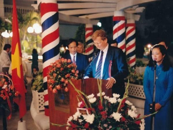 Đại sứ Jens Otterbech trong ngày lễ Quốc khánh của Na Uy, ngày 17/5/1997 tổ chức ở khách sạn Metropole tại Hà Nội. Ảnh: Đại sứ cung cấp