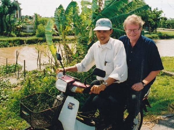 Ông Otterbech trên đường đến thăm một công trình do chính phủ Na Uy tài trợ vốn tại Cát Bà. Ảnh: Đại sứ cung cấp