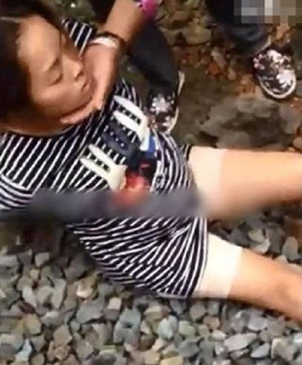 Người phụ nữ bị đánh đập dã man tới mức ngất xỉu.