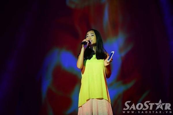 Đoan Trang cũng có mặt trong buổi chạy chương trình trước giờ G. Do phải trình diễn một ca khúc chưa bao giờ thể hiện nên cô phải cầm điện thoại để vừa hát vừa học lời.