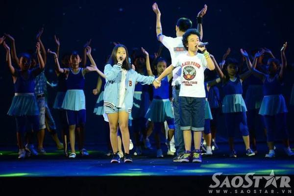 Ngoài các ca sĩ tên tuổi, một số thí sinh của cuộc thi Giọng hát Việt mùa trước cũng có cơ hội góp giọng trong chương trình nghệ thuật ý nghĩa này. Đêm nhạc Tuổi trẻ Việt Nam - Câu chuyện hòa bình sẽ diễn ra lúc 19h30 tối nay (2/9) tại Nhà hát Hòa Bình (TP HCM).