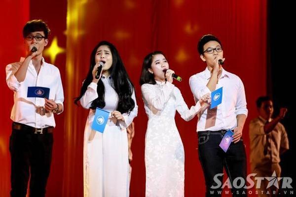 Anh Duy, Kiều Anh, Khánh Linh và Hoàng Dũng - bốn thí sinh của đội Thu Phương tại cuộc thi Giọng hát Việt 2015 - gửi tặng khán giả ca khúc Nối vòng tay lớn với không khí đầy sức trẻ.