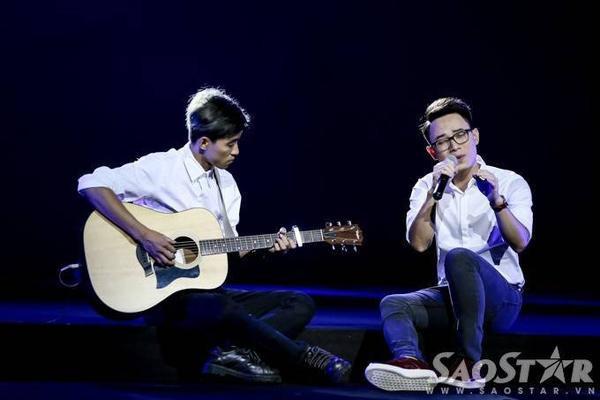 Trong khi, Trúc Nhân cho thấy tài năng, bản lĩnh sân khấu đáng ngưỡng mộ qua sáng tác   Đóa hoa xanh của nhạc sĩ Trần Tiến.