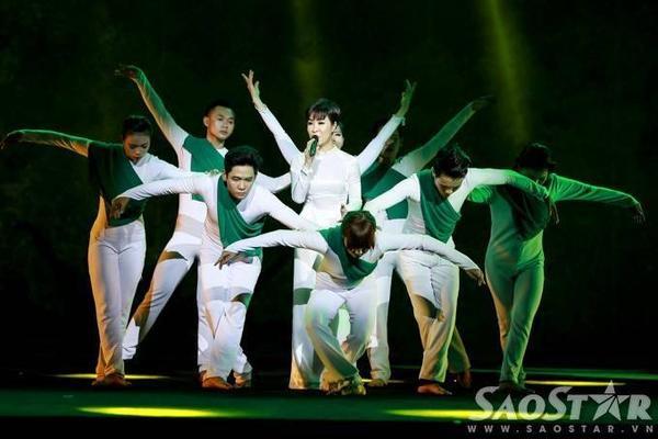 Uyên Linh kết hợp cùng vũ đoàn MTE qua bài hát Một đời người một rừng cây.