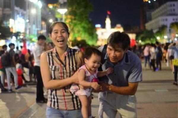 Một gia đình vui vẻ trên phố đi bộ Nguyễn Huệ trong đêm 2-9 -Ảnh: Thanh Tùng