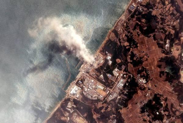 Khói bốc lên từ nhà máy điện hạt nhân Fukushima sau khi trận động đất lớn xảy ra ở vùng đông bắc Nhật Bản. Sóng thần hình thành không lâu sau đó và tấn công vùng ven biển hồi tháng 3/2011.