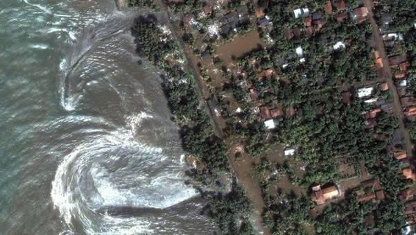 Ảnh chụp bờ biển phía tây nam của Sri Lanka ngày 26/4/2004 không lâu sau khi sóng thần Ấn Độ Dương đánh vào bờ, tạo nên thảm họa gây thương vong lớn nhất châu Á thời bấy giờ.