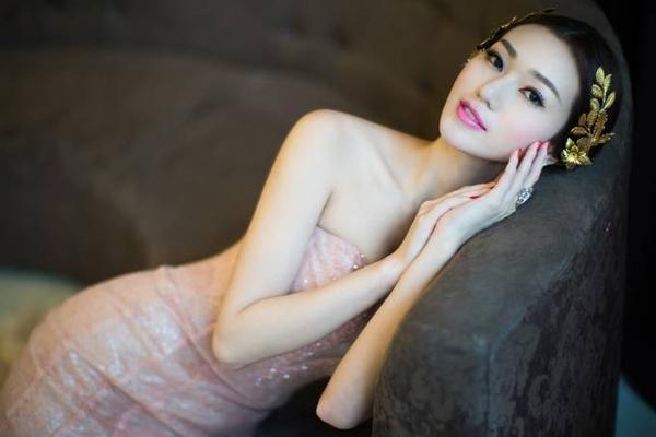Vừa qua, Khánh My khiến nhiều người bất ngờ khi quyết định bỏ qua những bộ cánh nóng bỏng để lựa chọn trang phục đầm dạ hội theo phong cách cổ điển cho việc chụp bộ ảnh mới.