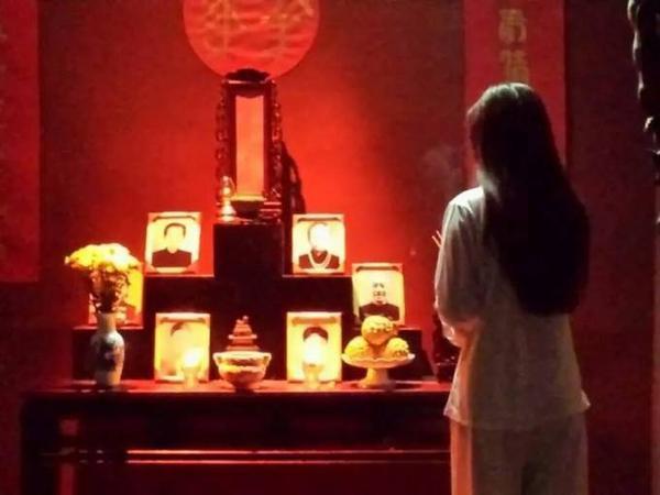 Hình ảnh phân đoạn bàn thờ có hình thờ của Changmin.
