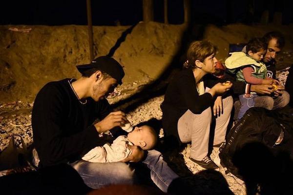 Sau vụ việc, Macedonia tuyên bố tình trạng báo động. Trong ảnh là anh Abed Hadi, 19 tuổi đã cho đứa con mới sinh bú sữa trong đêm.