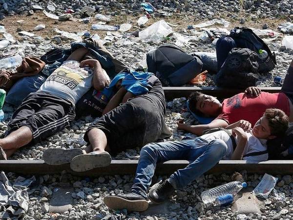 Nhiều người tị nạn phải chịu cảnh ngủ ngoài trời gần đường ray xe lửa, vô cùng nguy hiểm.