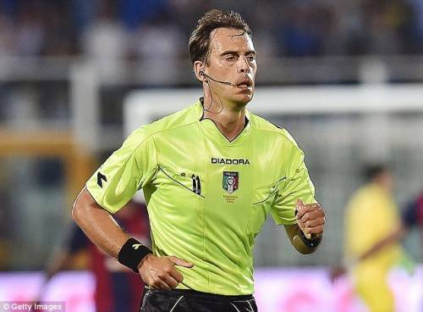 2.Trọng tài Claudio Gavillucci có thể là người sử sụng thẻ xanh đầu tiên trong bóng đá chuyên nghiệp