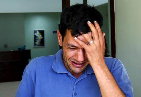 Anh Abdullah Kurdi khóc nức nở tại nơi nhận thi thể vợ và 2 con nhỏ. Ảnh: Reuters