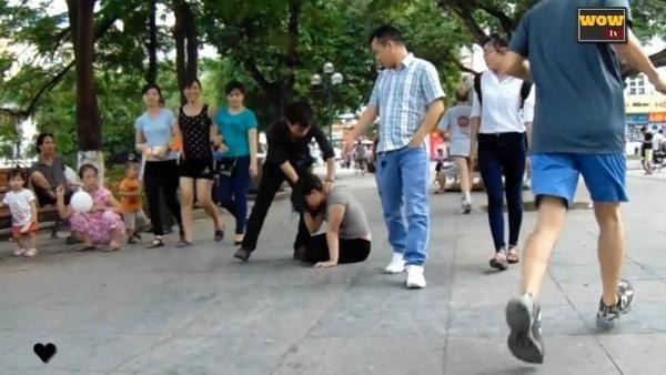 người Việt Nam làm gì khi một cô gái bị bạo hành_ tôi đánh cô gái này và đây là câu trả lời... - YouTube (720p).00_01_16_24.Still006