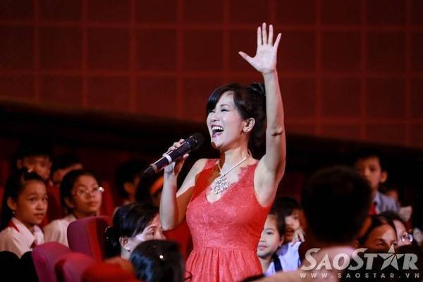 Diva Hồng Nhung mang đến hai ca khúc: Papa, Một ngày mới.