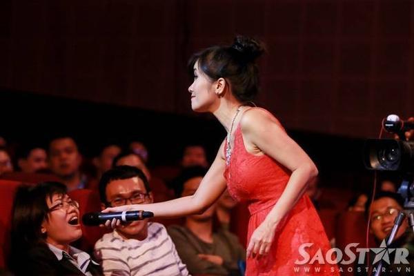 Để phần trình diễn gần gũi, sinh động hơn, nữ ca sĩ còn mời khán giả hát chung với mình.