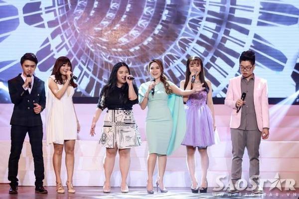 Nữ ca sĩ gốc Quảng Nam cùng các học trò khép lại đêm nhạc bằng liên khúc Ban mai tình yêu - Ngày mai.