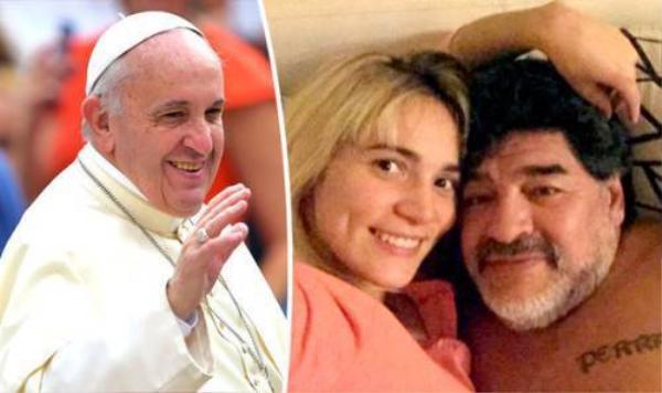 """Đức Giáo Hoàng Francis được """"cậu bé vàng"""" nhờ chứng giám cho buổi lễ."""