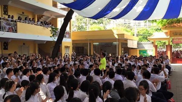 """Trong khi đó, Đàm Vĩnh Hưng quyết định dành buổi sáng để trở lại trường THPT Nguyễn Thượng Hiền (Quận Tân Bình, TP HCM) - nơi anh từng học trước đây - để hát và giao lưu cùng các """"đàn em""""."""