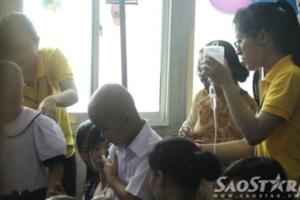 Hình ảnh những bình thuốc mang theo đến buổi lễ khai giảng đã không còn xa lạ ở lớp học đặc biệt này.
