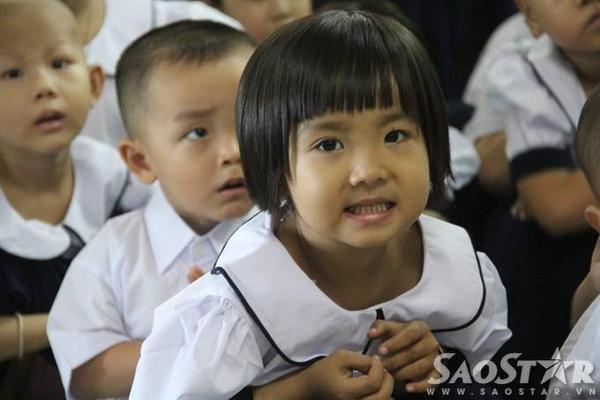 4.Nhiều cô bé, cậu bé rạng ngời nụ cười trên gương mặt khi được bố mẹ chuẩn bị đồng phục tươm tất trong ngày khai giảng đầu tiên.