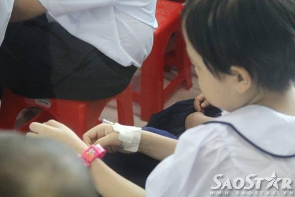 Hình ảnh những bàn tay nhỏ bé chi chít mũi kim tiêm truyền thuốc, bàn tay với những dây chuyền thuốc khẽ vỗ nhẹ theo lời đọc của cô giáo trong buổi lễ khai giảng khiến nhiều người xem cảm thấy nhói lòng.