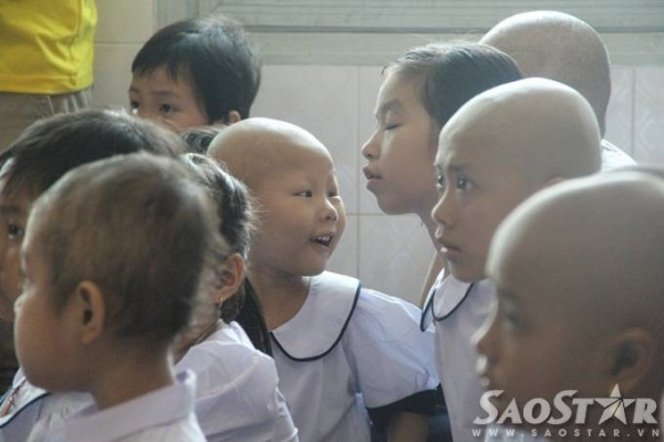 """Bé Võ Thị Mĩ Trâm (11 tuổi, lớp 4) rạng rỡ nói: """" Con dậy từ 6 giờ sáng để mặc đồng phục, con thích chiếc áo mới cô giáo cho lắm ạ""""."""