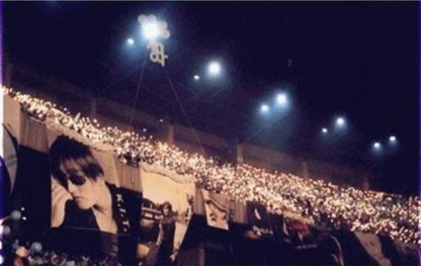 Theo Wiki, trong đêm nhạc của H.O.T, ban tổ chức phải huy động 400 xe buýt chỉ phục vụ việc…đưa đón người hâm mộ.