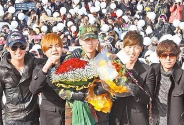 Các thành viên của H.O.T tới chung vui cùng ngày xuất ngũ của em út Lee Jae Won vào năm 2011. Đây là lần đầu tiên cả 5 người hội ngộ sau 10 năm tan rã. Hàng nghìn người hâm mộ vẫn trung thành với H.O.T, họ đến từ sớm để được gặp lại 5 hoàng tử Kpop ngày nào.