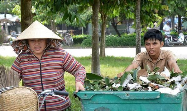 Thoại và dì đang thu gom rác - Ảnh: THÀNH NHƠN.