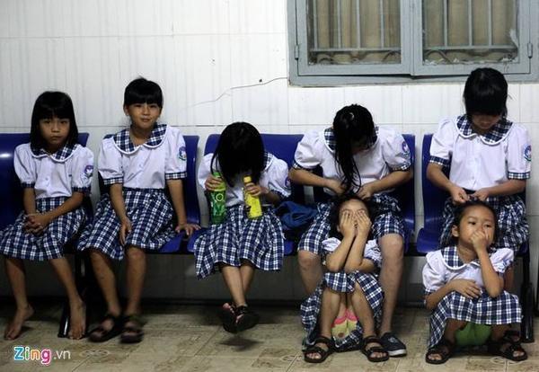 5h30 sáng 5/9, các bé gái được nuôi dưỡng tại Trung tâm Nuôi dạy trẻ mồ côi chùa Pháp Võ (phường Phú Xuân, huyện Nhà Bè, TP HCM) dậy sớm chuẩn bị trang phục cho ngày khai giảng năm học mới.